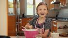 Vorschaubild 'Olivia backt Pfannekuchen mit Opa'
