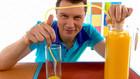 Vorschaubild 'Wie kommt der Saft mit Hilfe eines Schlauchs von einer Kanne in ein Glas?'