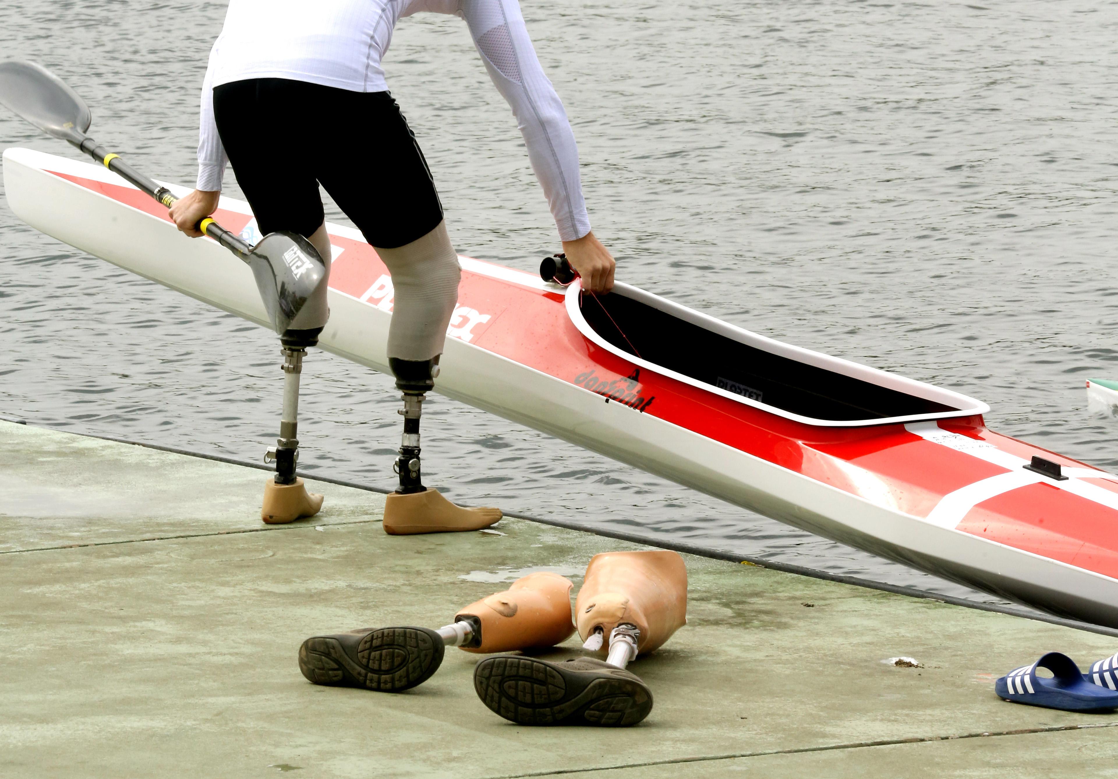 Parakanu: Sportler beim Einstieg
