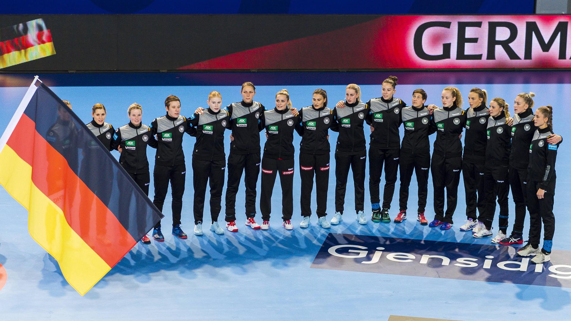 Frauen Handball Nationalmannschaft beim Singen der Nationalhymne