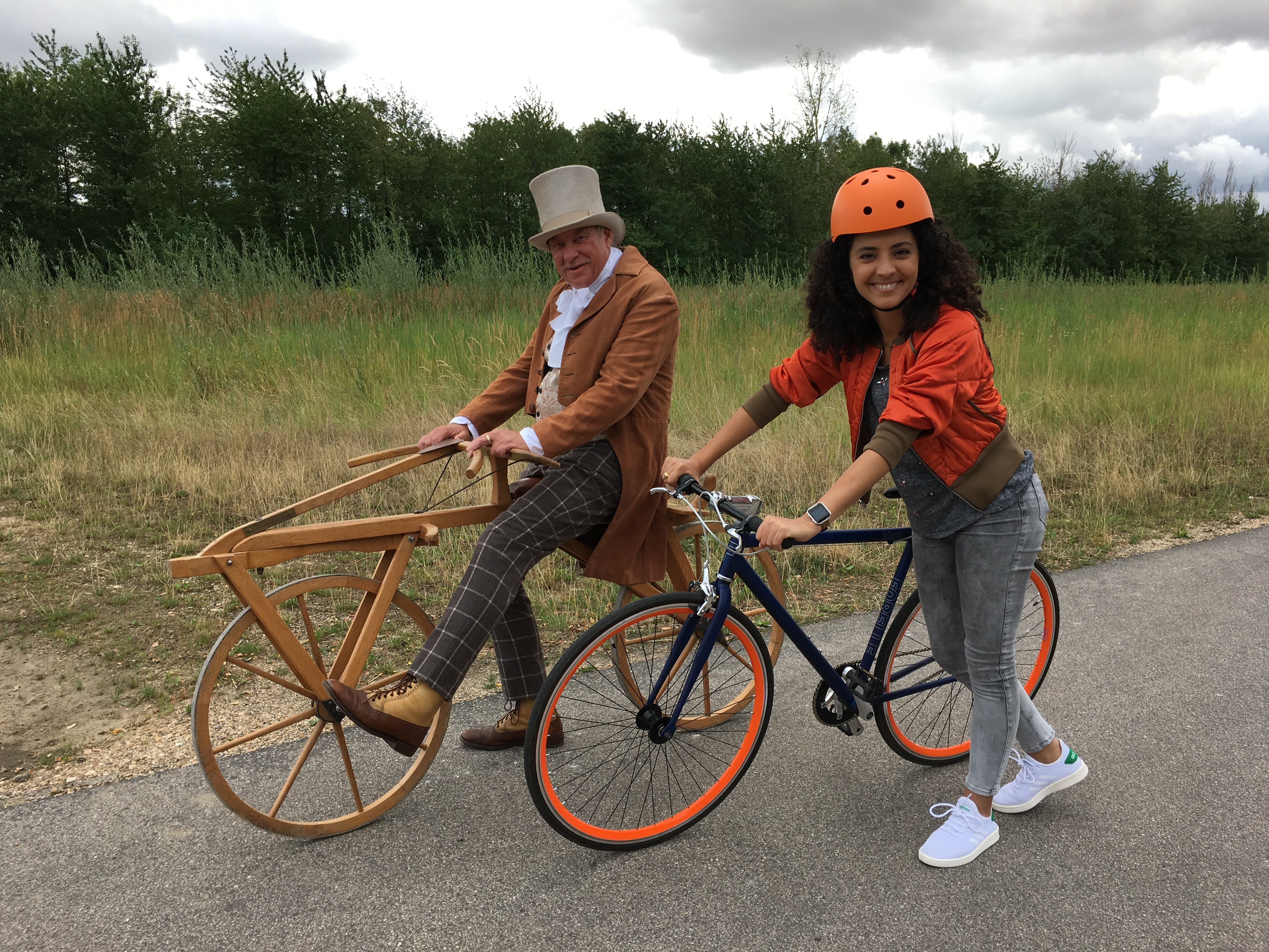 Christoph mit Laufrad Siham mit sportrad