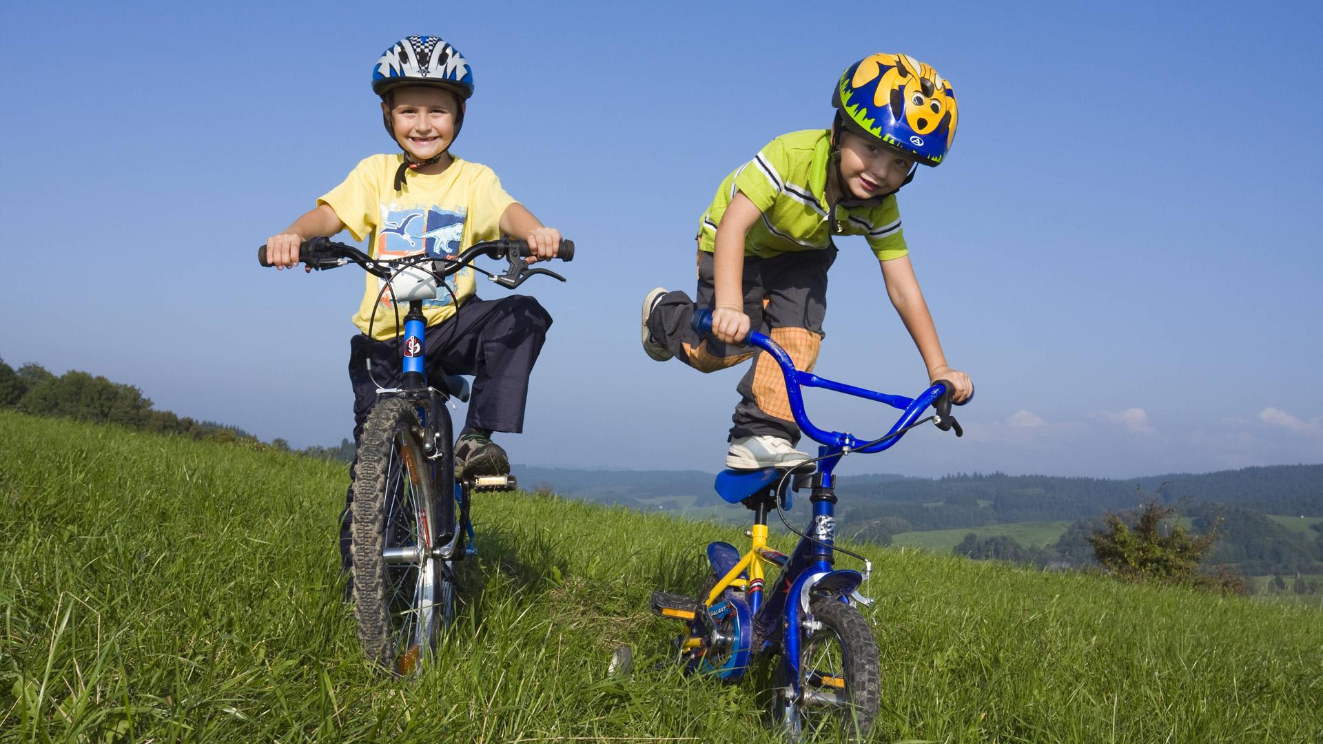 Kinder mit Rad