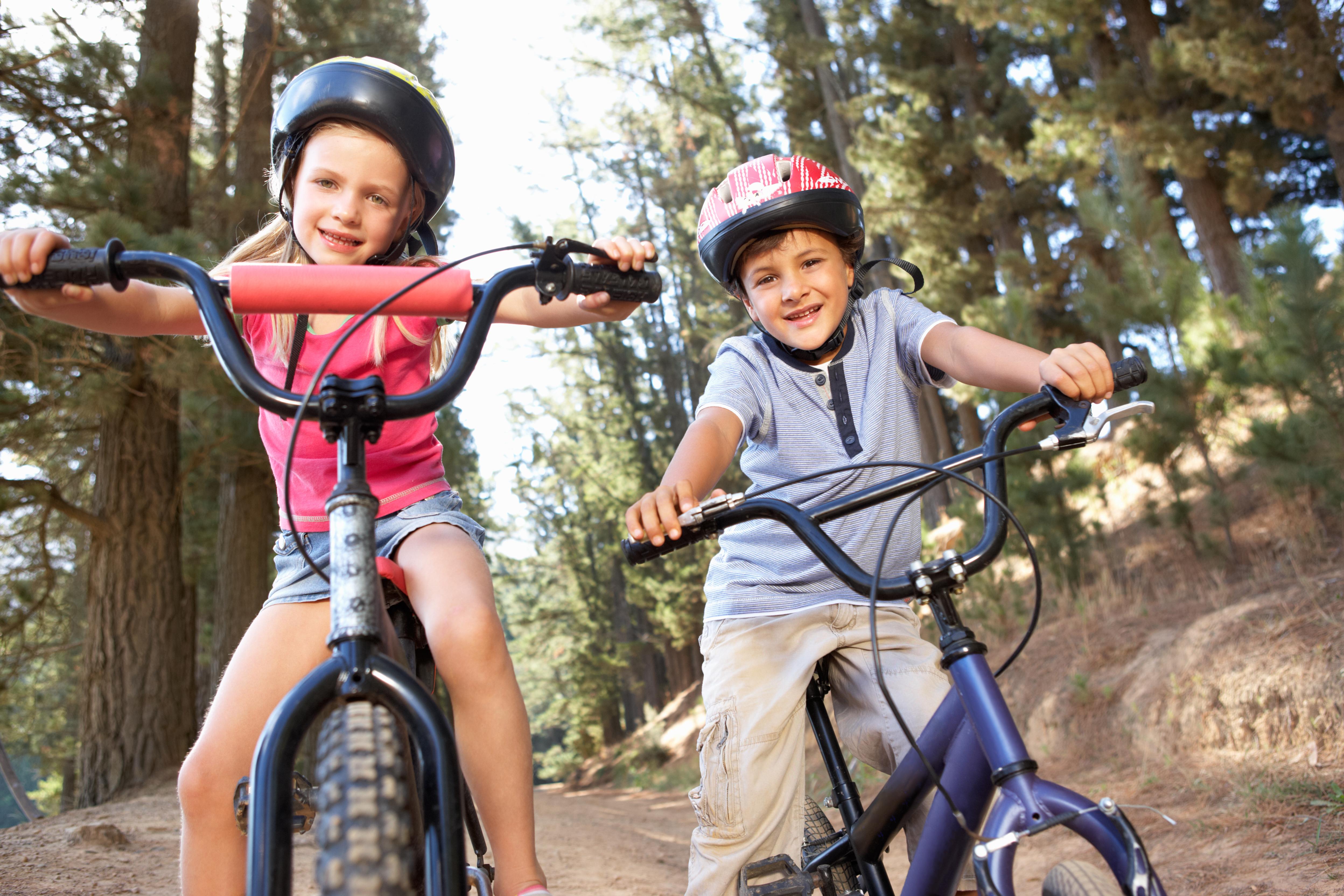 Maedchen und Junge auf Rädern