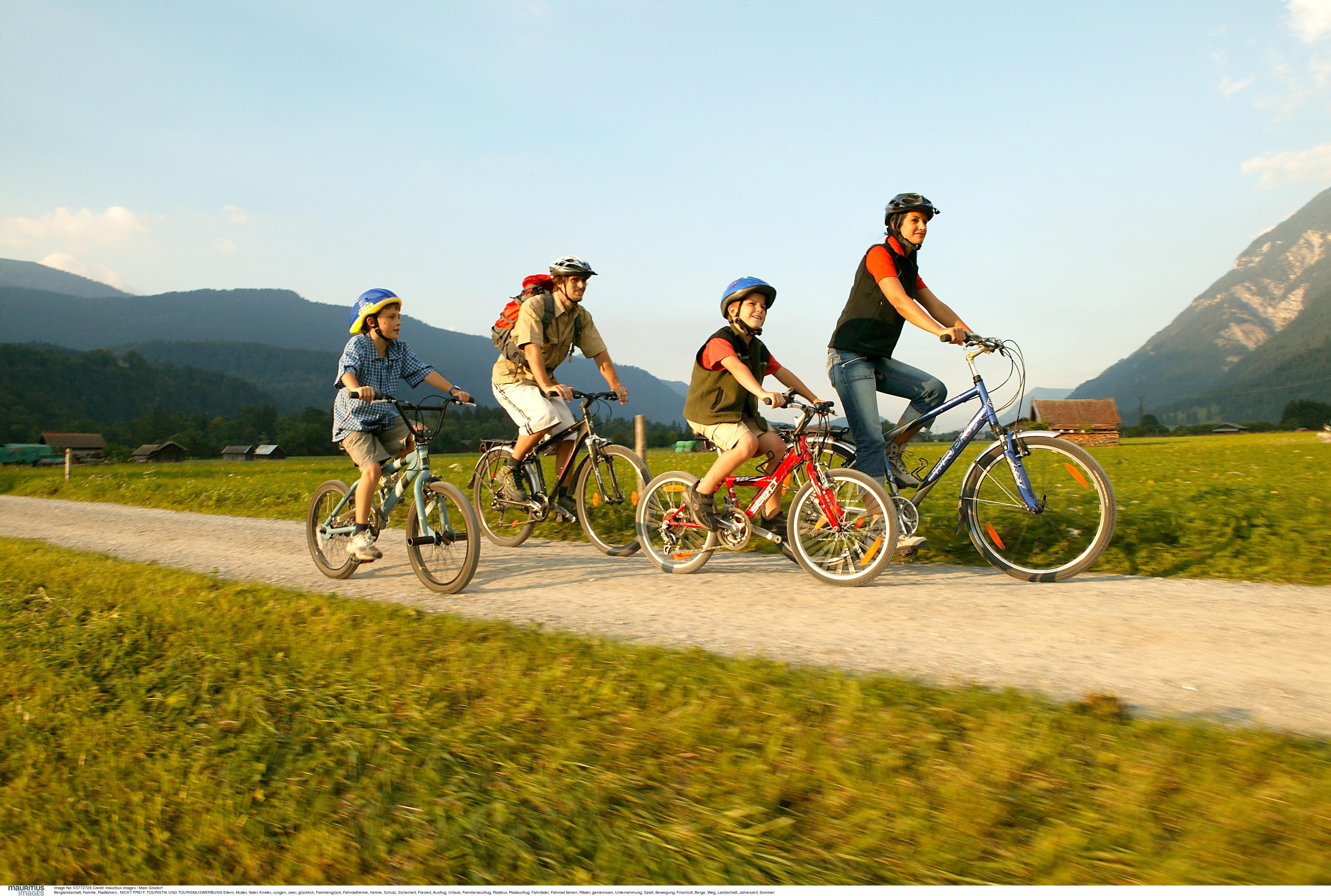 Kinder und Erwachsene auf dem Fahrrad