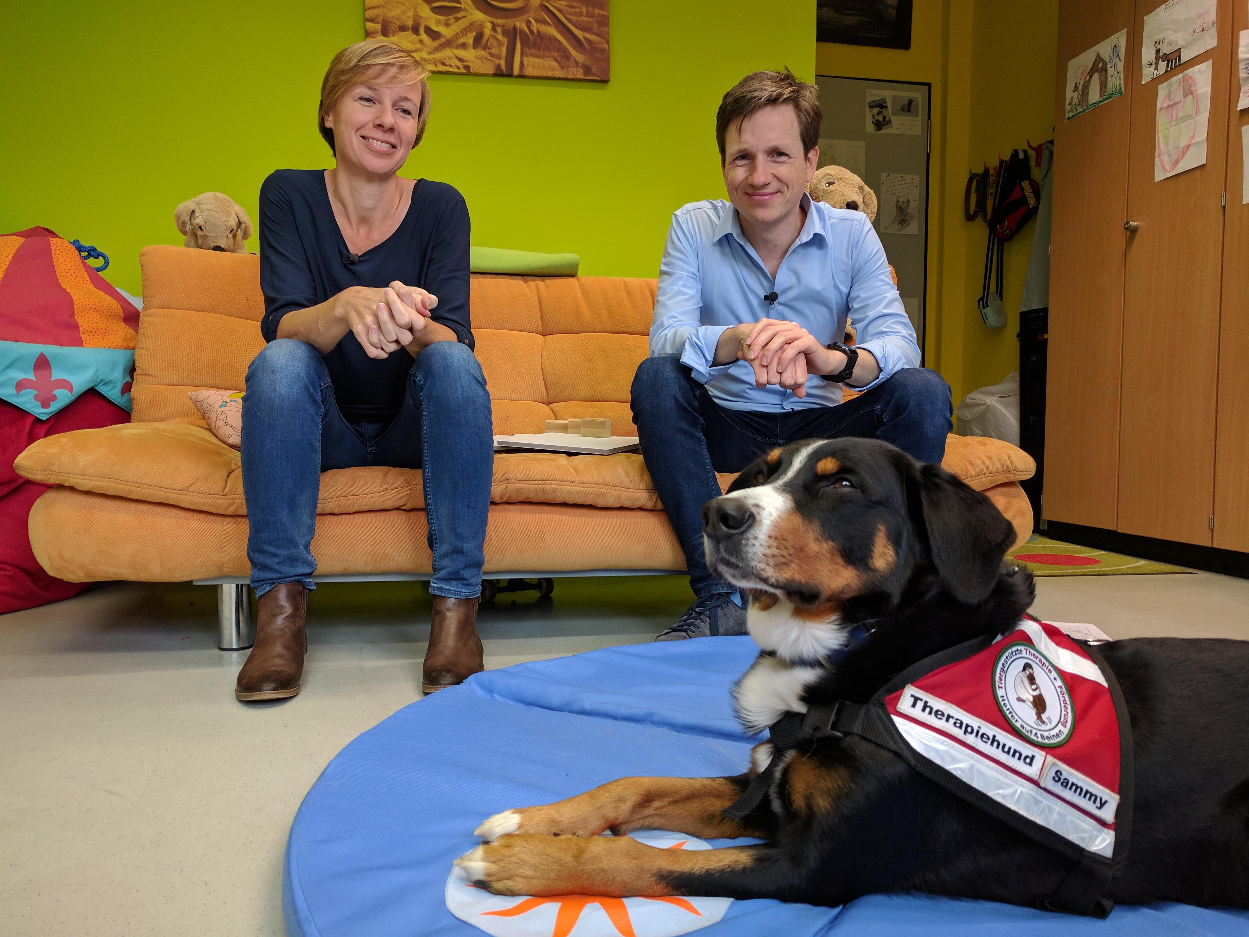 Johannes mit Aerztin und Therapiehund