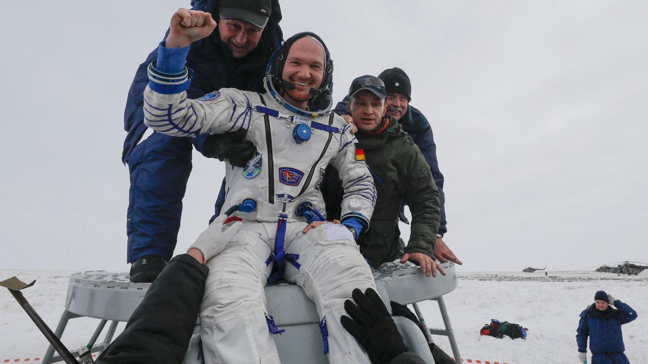 Alexander Gerst nach seiner Landung mit der Sojus